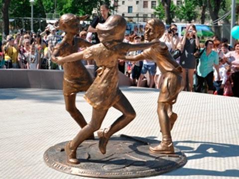 Statue i spomenici posvećene deci 93879305_large_1