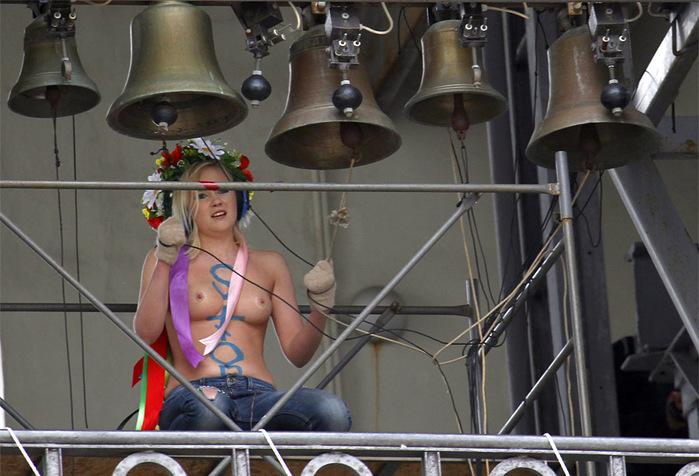 Femen ���������� ������ ������� �������. ���������� ���������� ������ � �����. (699x476, 126Kb)