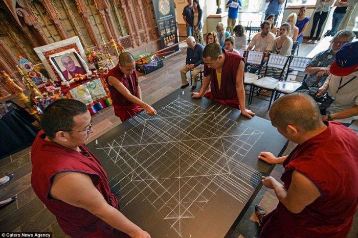 буддийские монахи делают песчаную мандалу 1 (700x466, 337Kb)