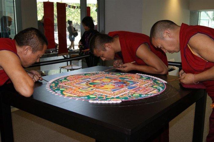 буддийские монахи делают песчаную мандалу 7 (700x465, 241Kb)