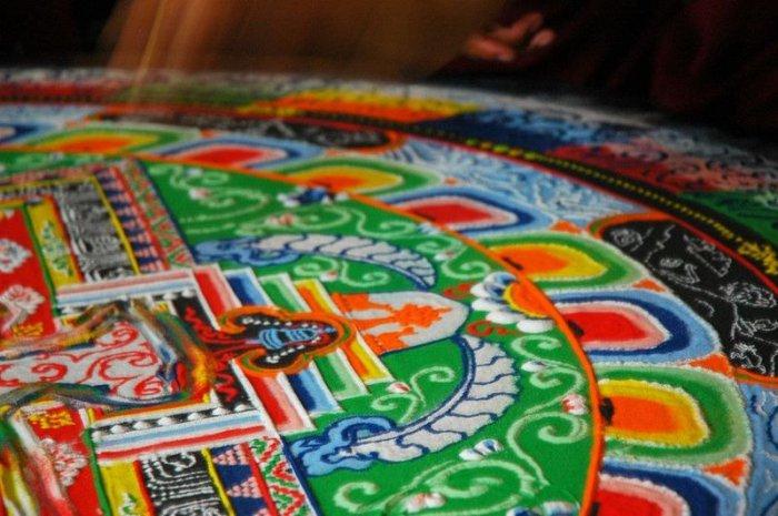 буддийские монахи делают песчаную мандалу 11 (700x465, 323Kb)