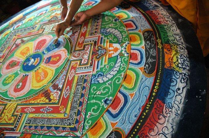 буддийские монахи делают песчаную мандалу 16 (700x465, 425Kb)