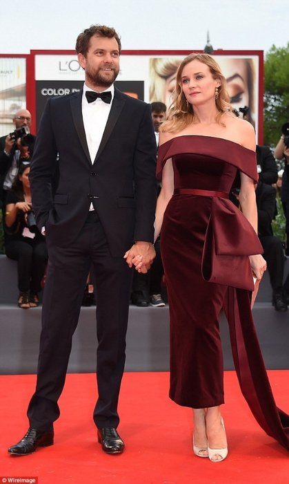 2BFA8CEC00000578-3222728-Handsome_couple_Diane_Kruger_hit_the_red_carpet_for_the_Venice_F-a-105_1441400089739 (419x700, 183Kb)