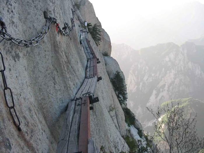 самая опасная тропа на горе Хуашань Китай 1 (700x525, 256Kb)