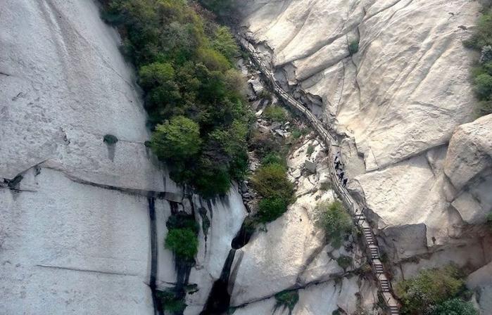 самая опасная тропа на горе Хуашань Китай 9 (700x448, 330Kb)
