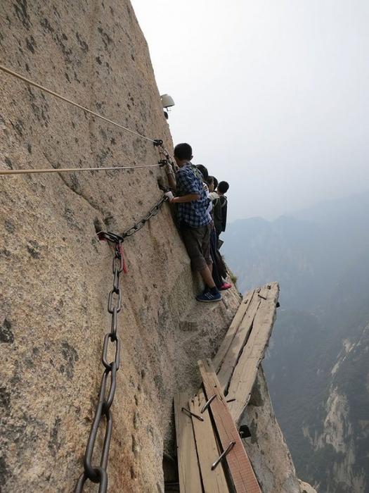 самая опасная тропа на горе Хуашань Китай 11 (525x700, 330Kb)