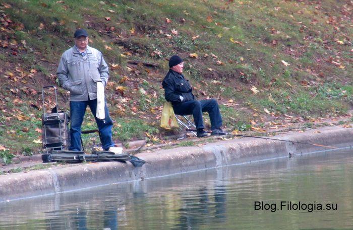 Два рыболова в парке Дружба в Москве (700x457, 73Kb)