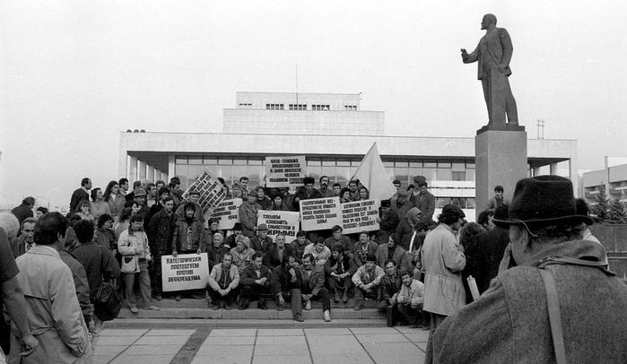 Голодовка крымских татар на площади Ленина в Симферополе 1 r (700x406, 176Kb)
