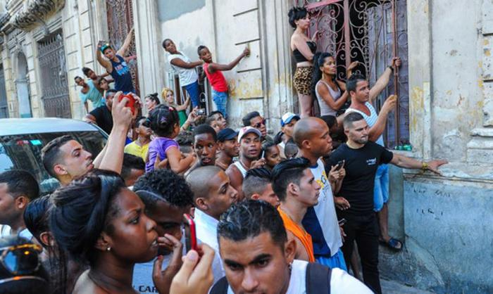 Рианна вызвала переполох своими фото на Кубе