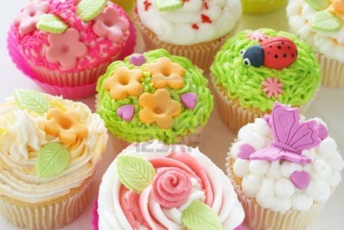 5320643_lr_11549525vanillacupcakeswithbuttercreamicingandvariousdecorations (700x467, 55Kb)