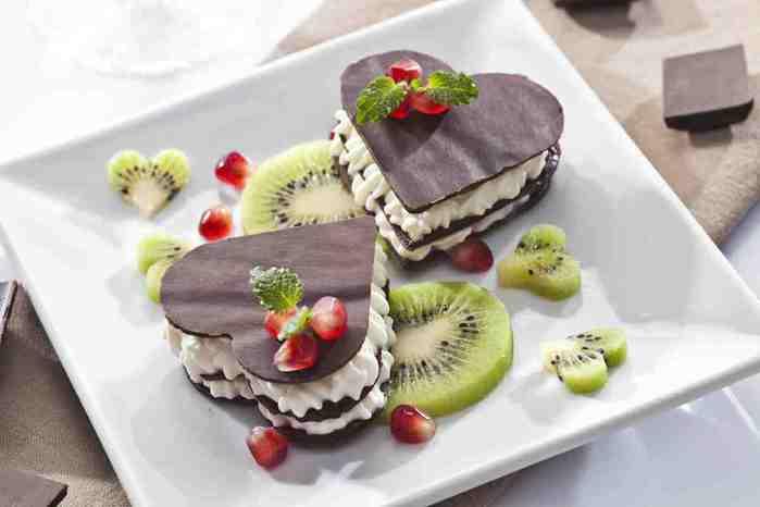 czekoladowa-kanapka-z-kremem-i-owocami (700x466, 16Kb)