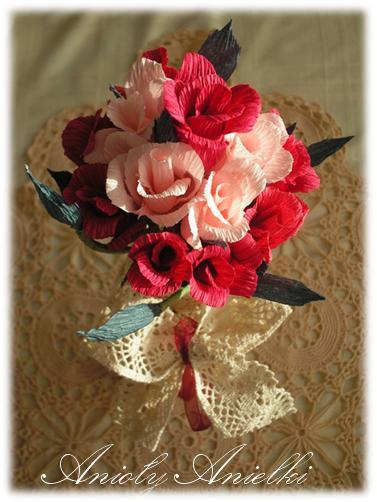 Bukiecik bordowych różyczek z krepiny (1) (377x502, 35Kb)