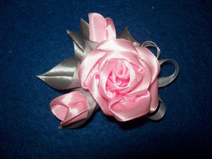 Брошь из атласных лент розы