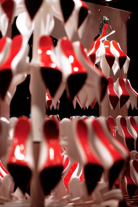 праздничные новогодние ветрины Christian Louboutin фото 1 (466x700, 212Kb)