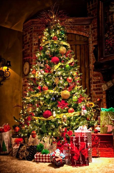 pinito-de-navidad-con-esferas-de-colores-y-regalos-para-año-nuevo-2013 (462x700, 321Kb)