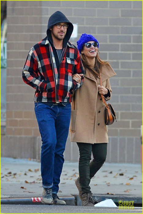 ryan-gosling-eva-mendez-thanksgiving-stroll-in-new-york-city-05 (467x700, 90Kb)