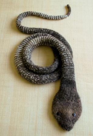 Декоративная вязаная змея