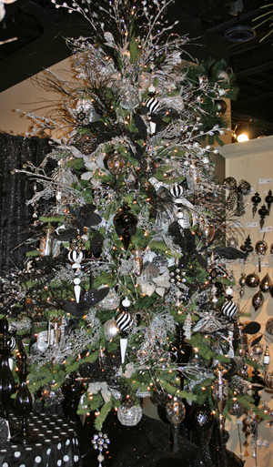 Black-and-White-Decorated-Christmas-Tree (300x513, 264Kb)