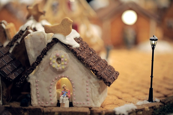 muji_gingerbread_installation_04 (700x464, 210Kb)