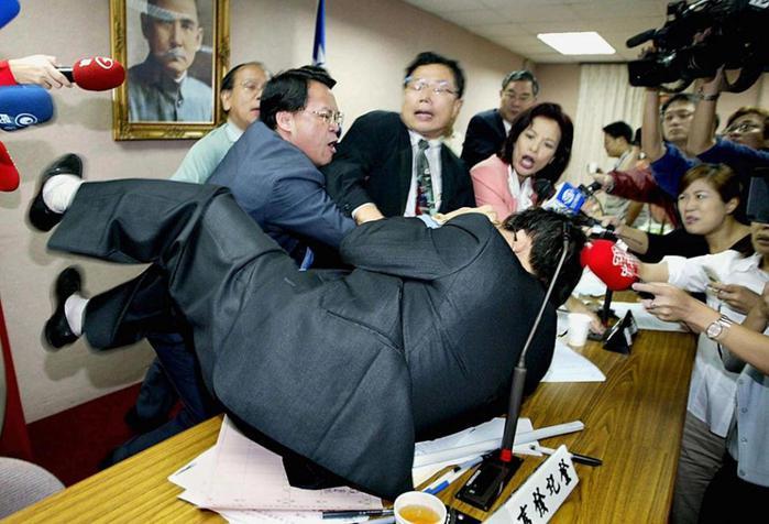 Фотографии драк в парламентах разных стран мира