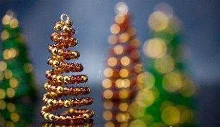 Самая элементарная новогодняя поделка своими руками - это елочка из бисера. источник.