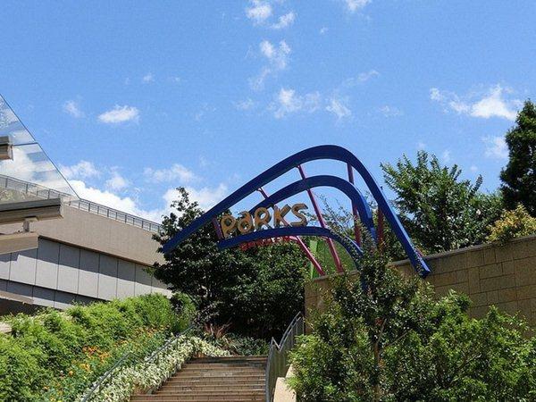 Японские висячие сада   террасы в парке Намба. Фотографии