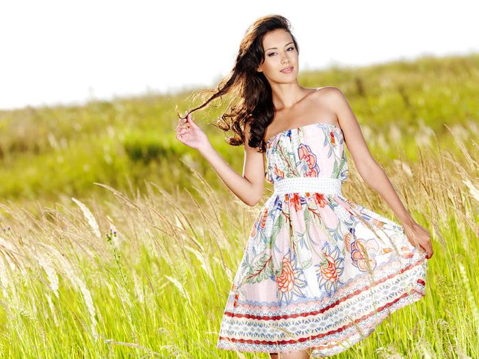 Девушки в красивых летних платьях