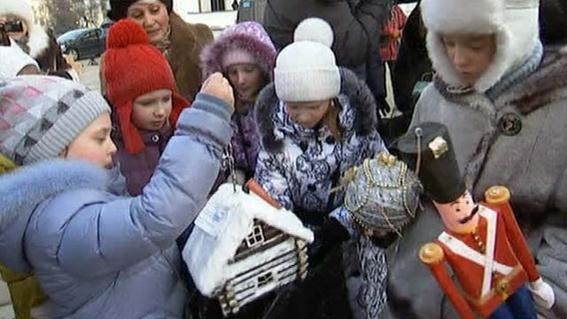 В Москве наряжают главную новогоднюю елку страны. Фотографии