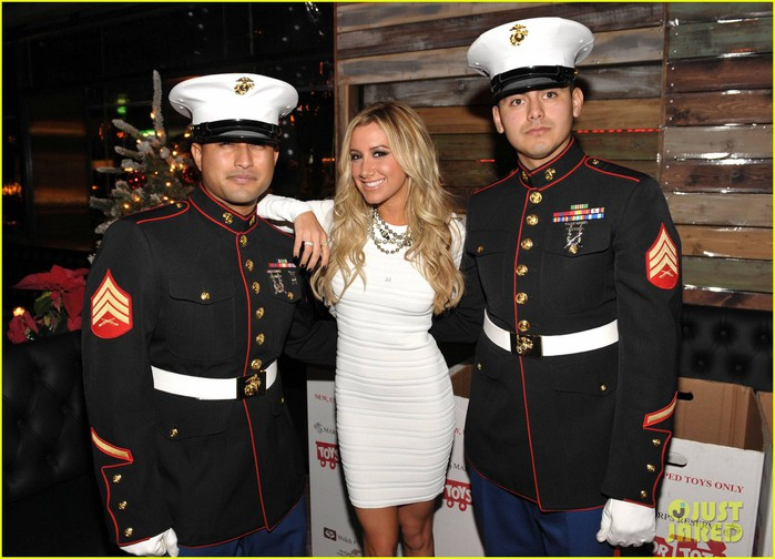 ashley-tisdale-selena-gomez-blondie-girl-holiday-party-08 (700x504, 96Kb)