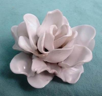 В Голландии дизайнер Ивон предложила из одноразовых ложек делать украшения в виде роз.  Вот, что из этого получилось.