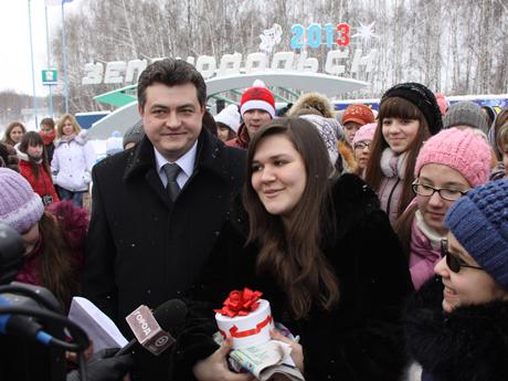 В Зеленодольске торжественно встретили победительницу телепроекта «Голос» Дину Гарипову/2045074_27802 (460x345, 151Kb)