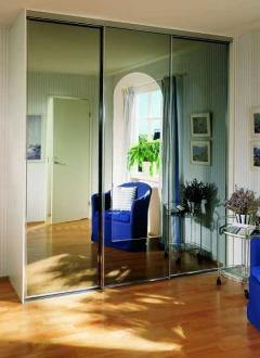 Стоит ли брать шкаф-купе с зеркальными дверями?