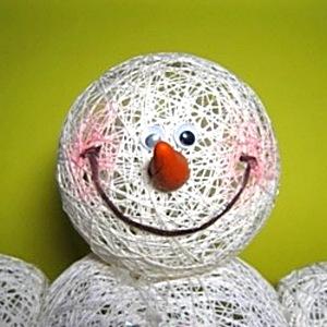 Снеговик из ниток своими руками фото