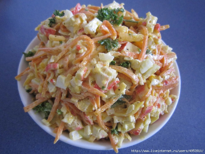 салат с капустой и крабовыми палочками и морковью