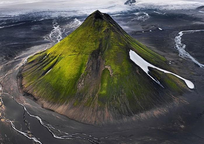 1. Потухший вулкан Маелифелл в Исландии. (700x495, 113Kb)