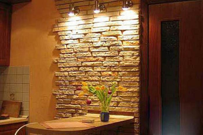 Отделка стен искусственным камнем и фактурной штукатуркой