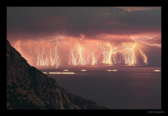 Сразу 70 молний были запечатлены во время шторма на острове Икария (700x485, 37Kb)