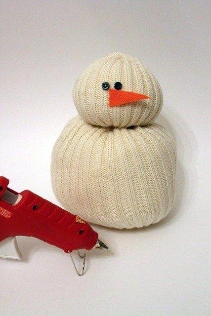 Снеговик из старого свитера.
