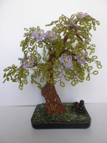 Цветущее дерево со змейкой.