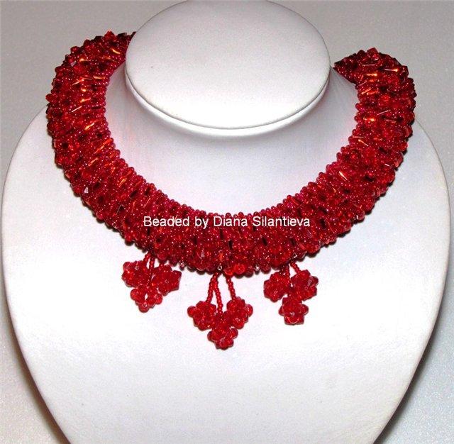 Из Россыпей - бисер основы Medium Red Rainbow, стеклянные биконусы красного цвета.  Эта работа продается.