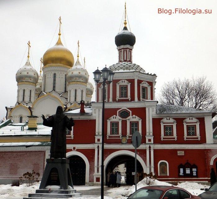 У входа на территорию Зачатьевского монастыря /3241858_sach01 (700x643, 94Kb)
