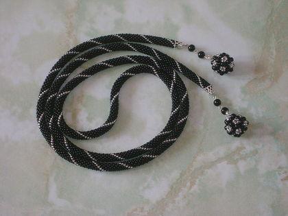 Жгут- трансформер, вязаный крючком из чешского бисера 11 длиной 1м без кистей.  Кисти - оригинальные шарики из бусин...