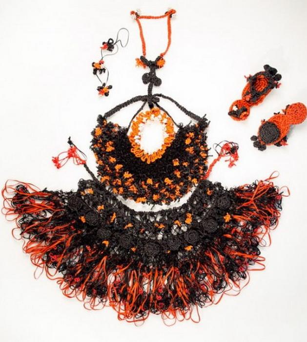 Модное платье из резинок для волос от дизайнера Маргариты Милевой.
