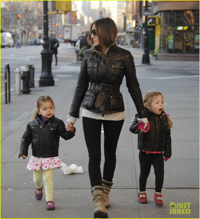 sarah-jessica-parker-twins-matching-leather-jackets-08 (639x700, 105Kb)