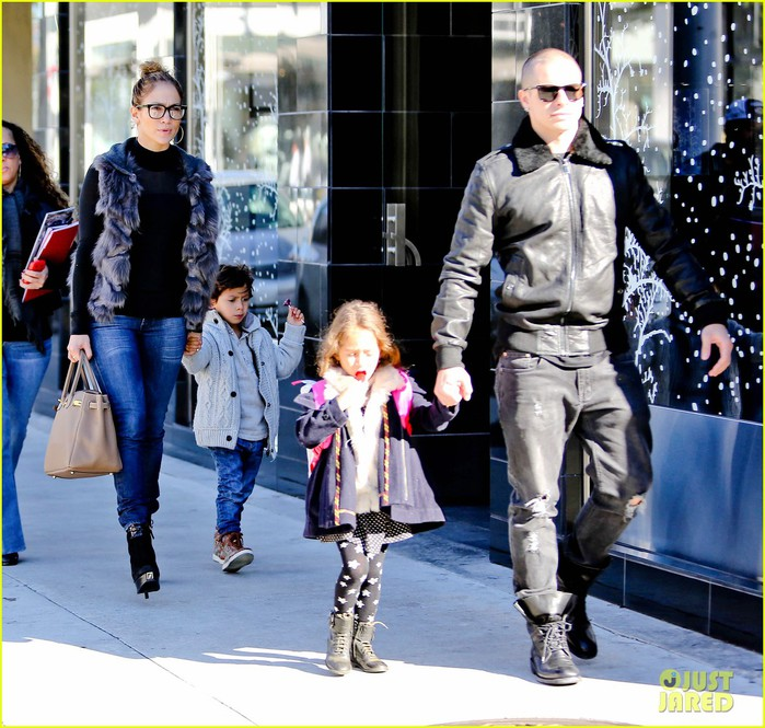 jennifer-lopez-casper-smart-beverly-hills-shopping-with-the-kids-05 (700x665, 143Kb)