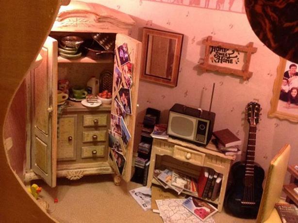 Лоррейн Робинсон (Lorraine Robinson). Кукольный домик внутри гитары. Фотографии
