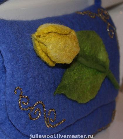 Объемный тюльпан в окружении золотистого бисера не может не обратить на себя внимание.  Очень легкая и изящная...