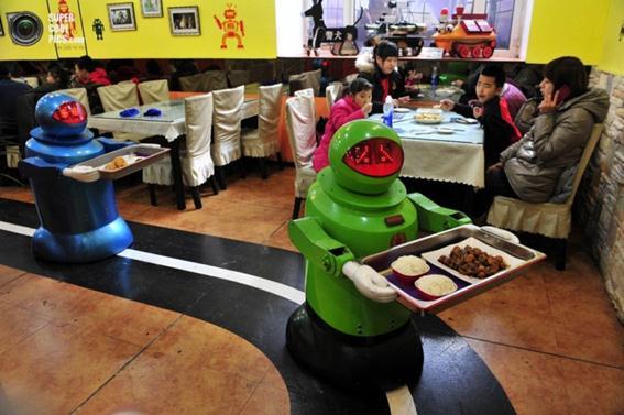 Роботы как персонал китайского ресторана в Харбине, Китай. Фотографии
