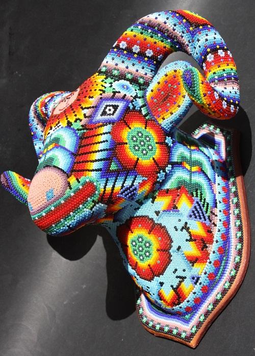 Фигурки отделанные бисером делают индейцы из мексиканского племени Уичоль(Huichol) , а так же картины создают шаманы...