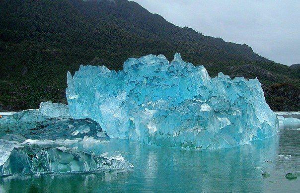 Кристально чистый осколок, отколовшийся от айсберга (604x389, 68Kb)